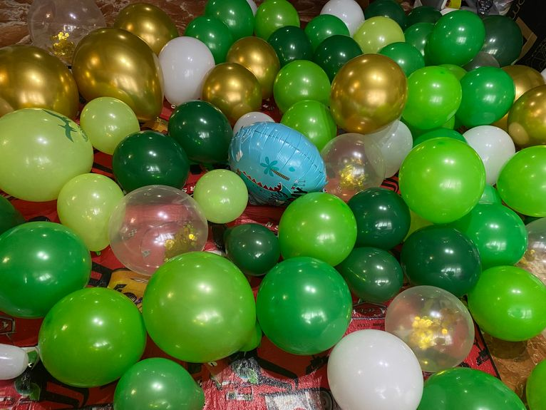Balloons for dinosaur-themed kiddie birthday party at home