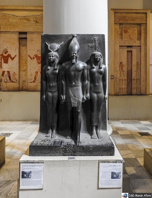 Mikerinos, Hathor e uma deusa - museu do Cairo