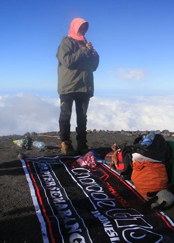 Pak Wox Pajang Spanduk G10 Di Puncak Gunung Semeru