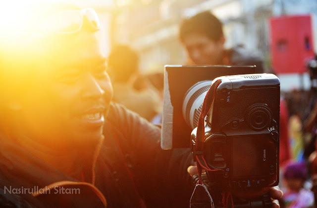 Salah satu potografer mempersiapkan kameranya