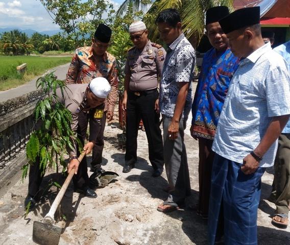 Demi Penghijauan Masjid, Roy Martin Rangkul Ninik Mamak Sintuak Tanam 100 Pohon