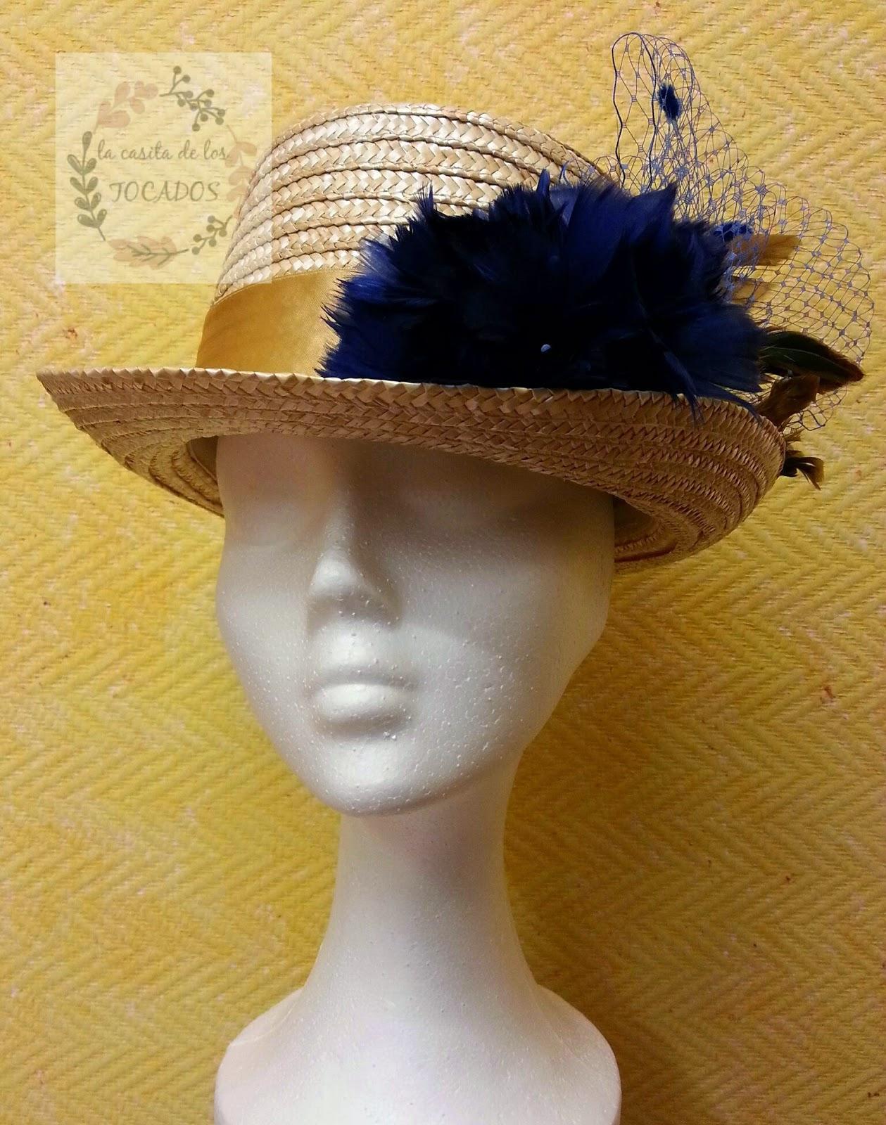 chistera de mujer para boda en color natural con adorno de plumas y velo en colores azulón y dorado