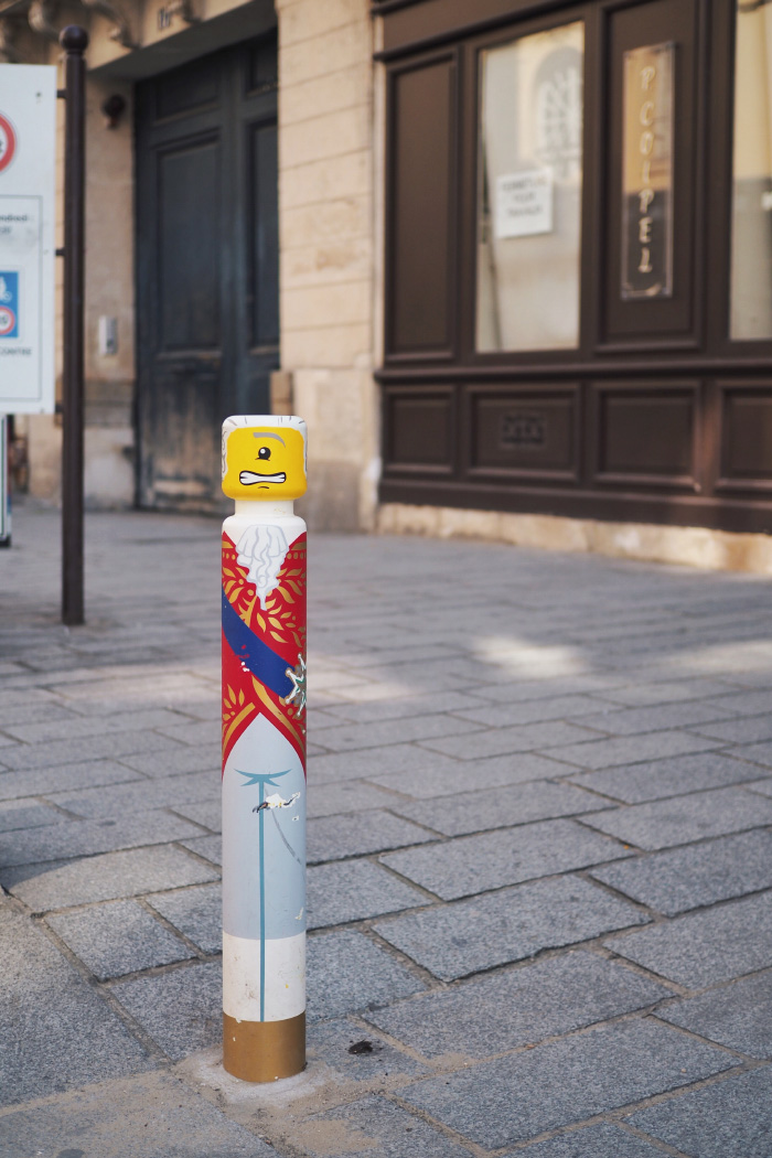 Poteau décoré par Cyklop à Versailles