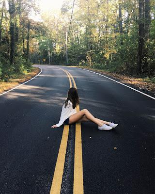 fotos tumblr sentada en la autopista