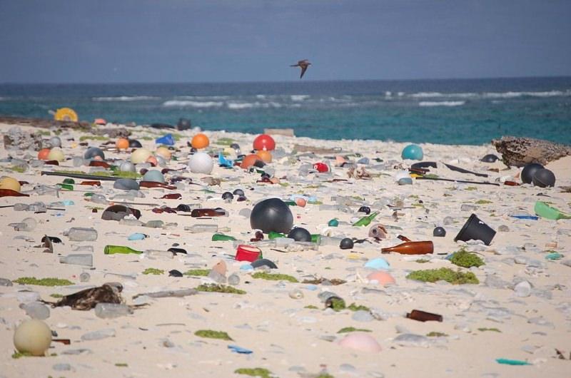 Praia cheia de resíduos de plástico
