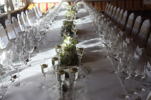 Festtafel Winterhochzeit in den Bergen von Garmisch-Partenkirchen, Riessersee Hotel, Hochzeitshotel in Bayern, Gold, Weiß, Tannenzapfen, Winter wedding gold, white, pine cones, lake-side wedding abroad