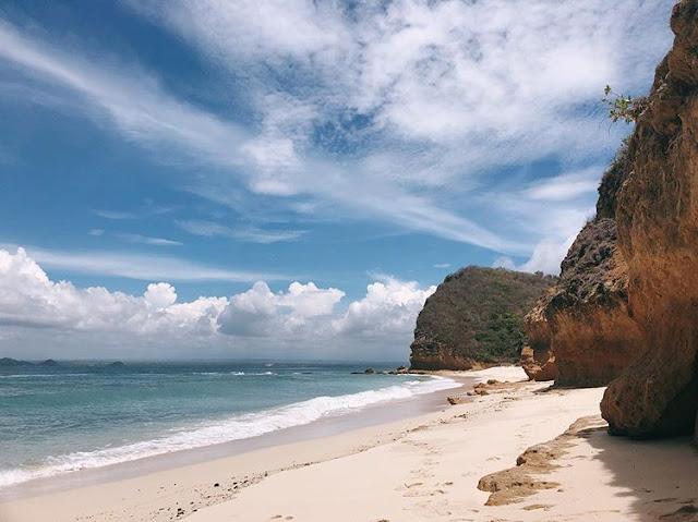 Foto pasir putih pantai Surga di Lombok, sumber ig @janedoeisliving