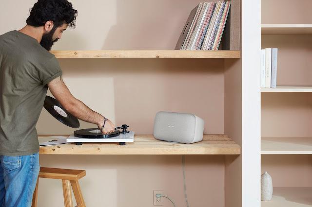 Ein Google Home Max steht in einem Regal