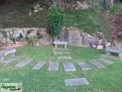 Muro de pedra com pedra rachão tipo de pedra cortada a mão. Muro de pedra rachão com o caminho de pedra folheta e o banco com pedra folheta.