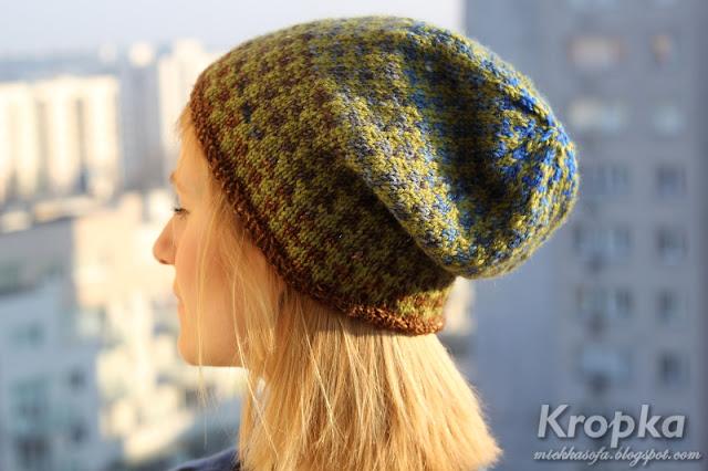 Wełniana czapka z wzorem żakardowym w kolorach ziemi.