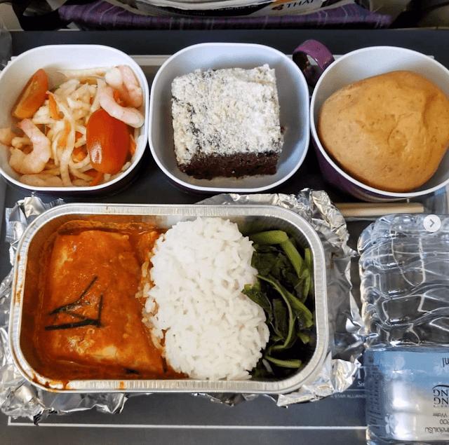 Hãng Thai Airways phục vụ hành khách những món ăn đậm chất Thái như cơm cà ri cá và một loại gỏi chua với tôm, một ít bánh socola phủ dừa nạo và bánh mì.