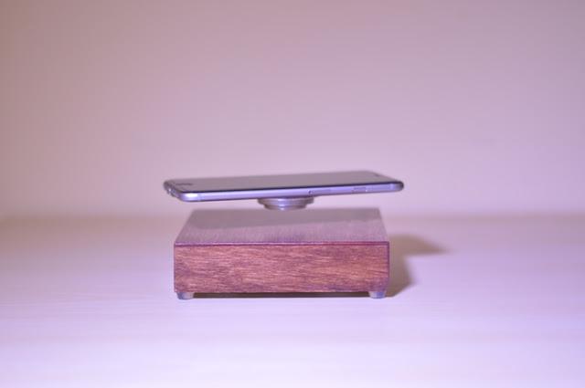 Cargador inalámbrico levita a tu teléfono mientras lo cargas
