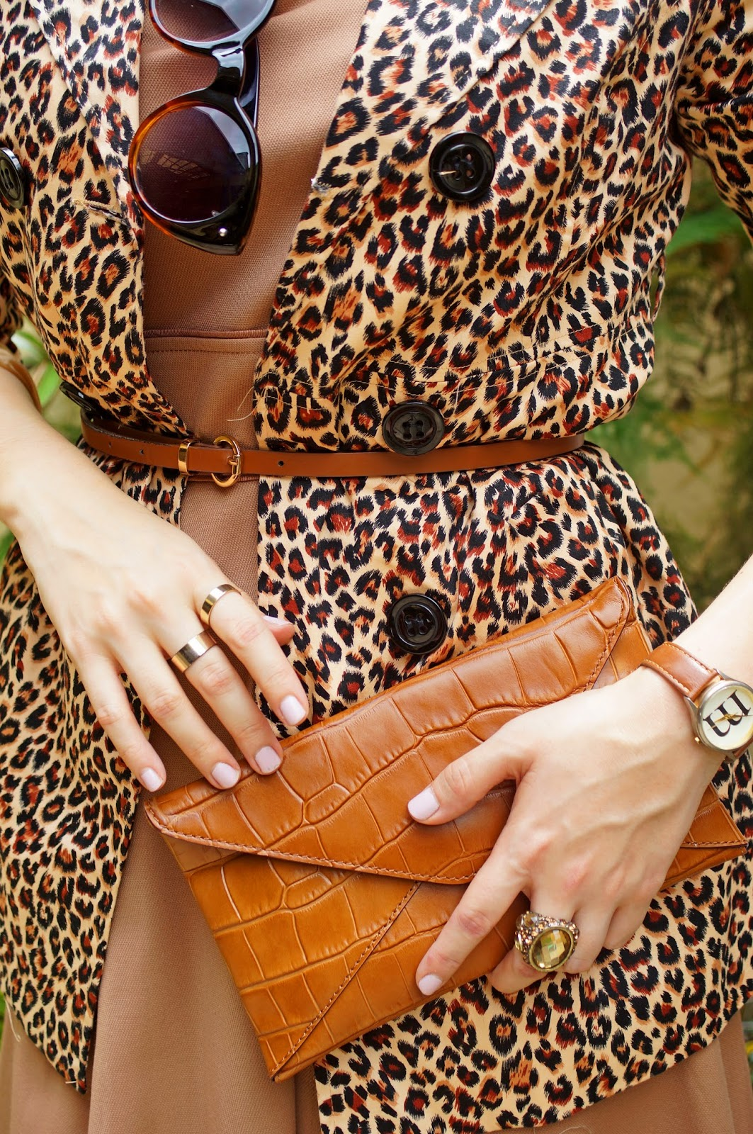 Loving all the brown, gold, and leopard of this outfit!