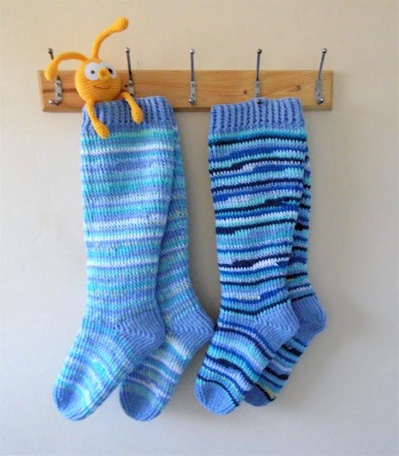 -sinine-heegeldatud-põlvik-sokk-crochet-kneesock-blue-handmade