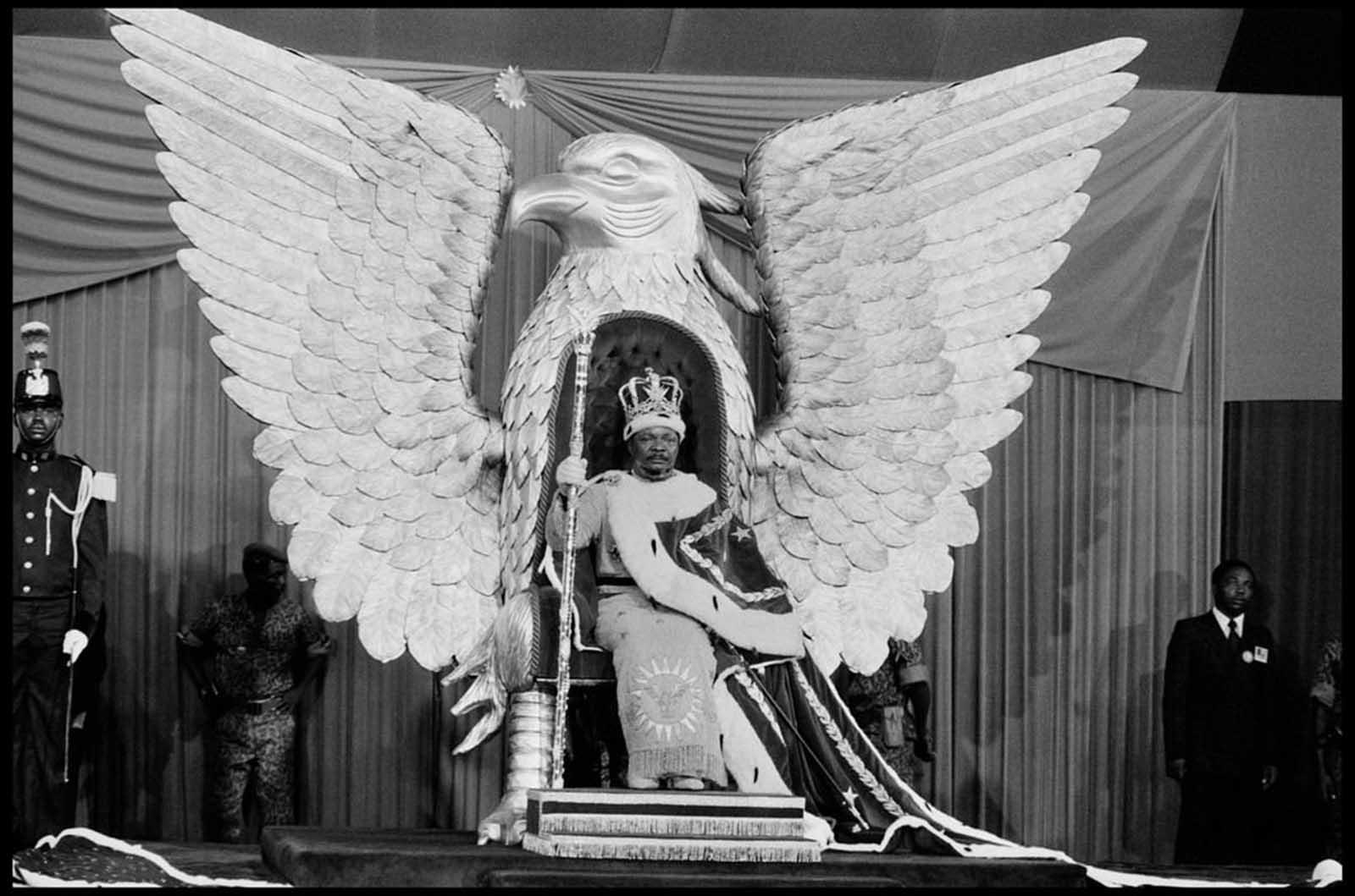 El emperador Jean-Bedel Bokassa, sentado en su trono dorado de mal gusto para su coronación, 1977