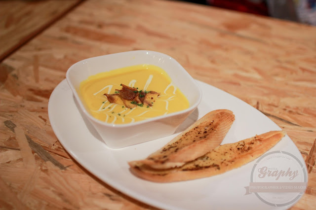Soup of the day - Pumpkin soup dengan roti garlic Owlery Cafe