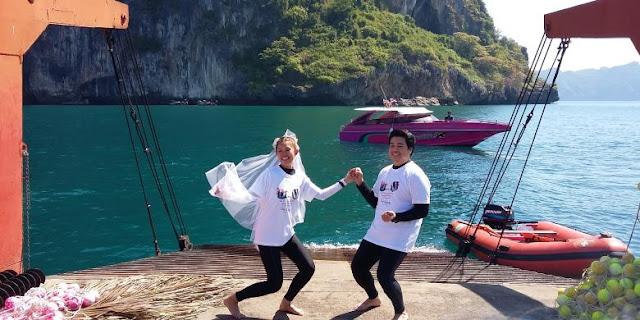 Abba Gabrillin Pengantin berfoto sebelum melakukan pernikahan di bawah laut di Provinsi Trang