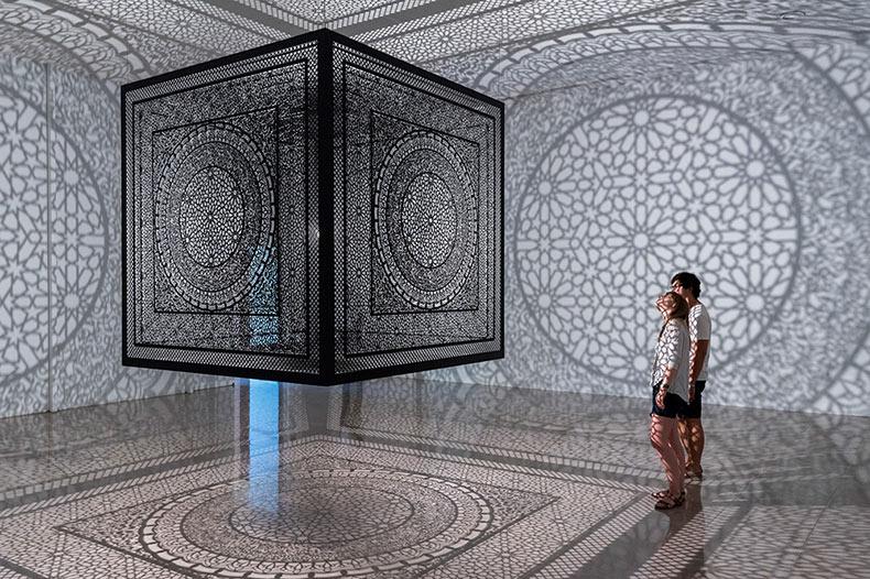 Cubo de madera cortado con laser rellena la habitación con increibles sombras artísticas