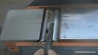 Quitar el portacuchillas por un lateral del cepillo. http://www.enredandonogaraxe.com