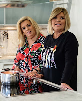 maria teresa recibe en la cocina a Terelu y Carmen