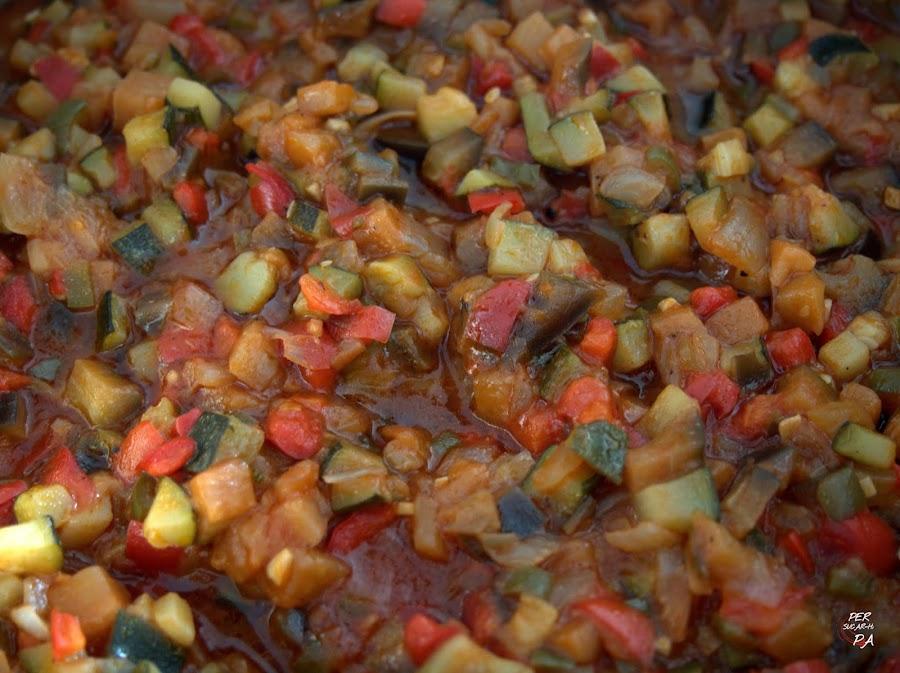 Salsa típica de la cocina catalana a base de hortalizas cocinadas en aceite de oliva: berenjenas, pimientos, calabacines, tomates, ajo y cebolla.