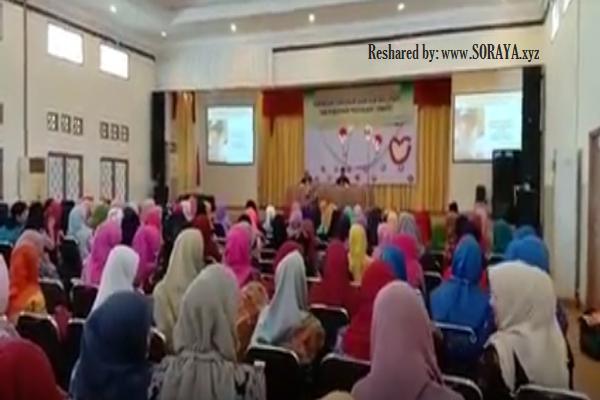 photo guru-guru wanita cantik berjilbab di workshop pendidikan