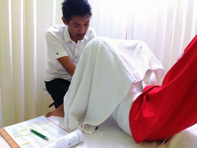 Proses pemeriksaan fisik skrotum untuk menegakan diagnosis varikokel di Klinik Holistik Elif Medika