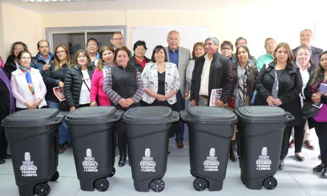 Municipalidad entrega contenedores de basura domiciliaria