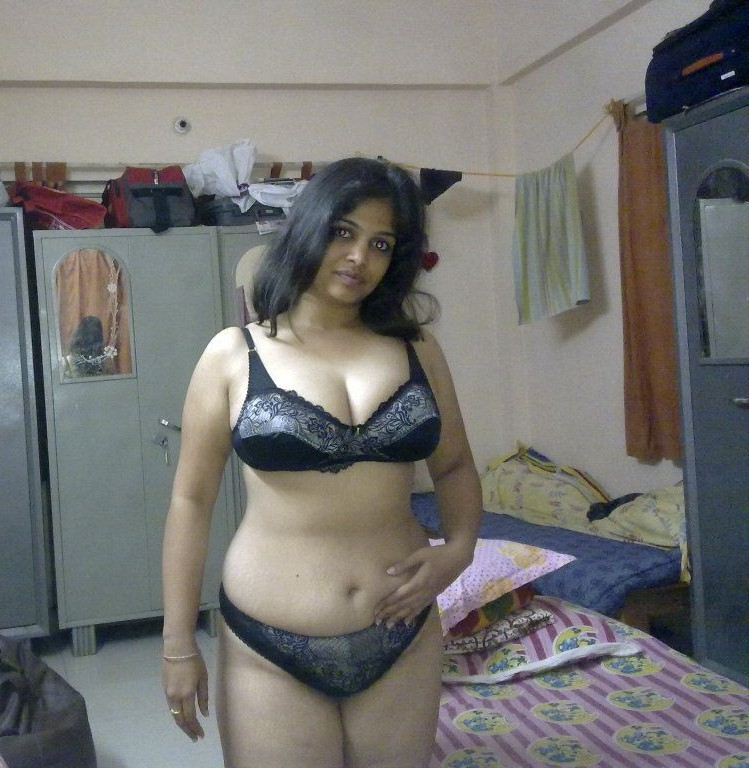 Hot Indian Desi Bhabhi Shows Her Big Milf Breasts In -6835