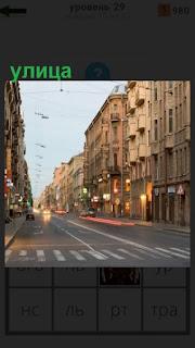 в городе улица с переходом для пешеходов, двигается транспорт