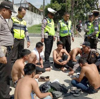 Oknum Camat Madina beserta lima temannya saat ditangkap polisi di Siantar. Anehnya dalam kasus kepemilikan narkoba hanya tiga orang yang ditetapkan sebagai tersangka, sedangkan oknum Camat Madina tidak jadi tersangka.