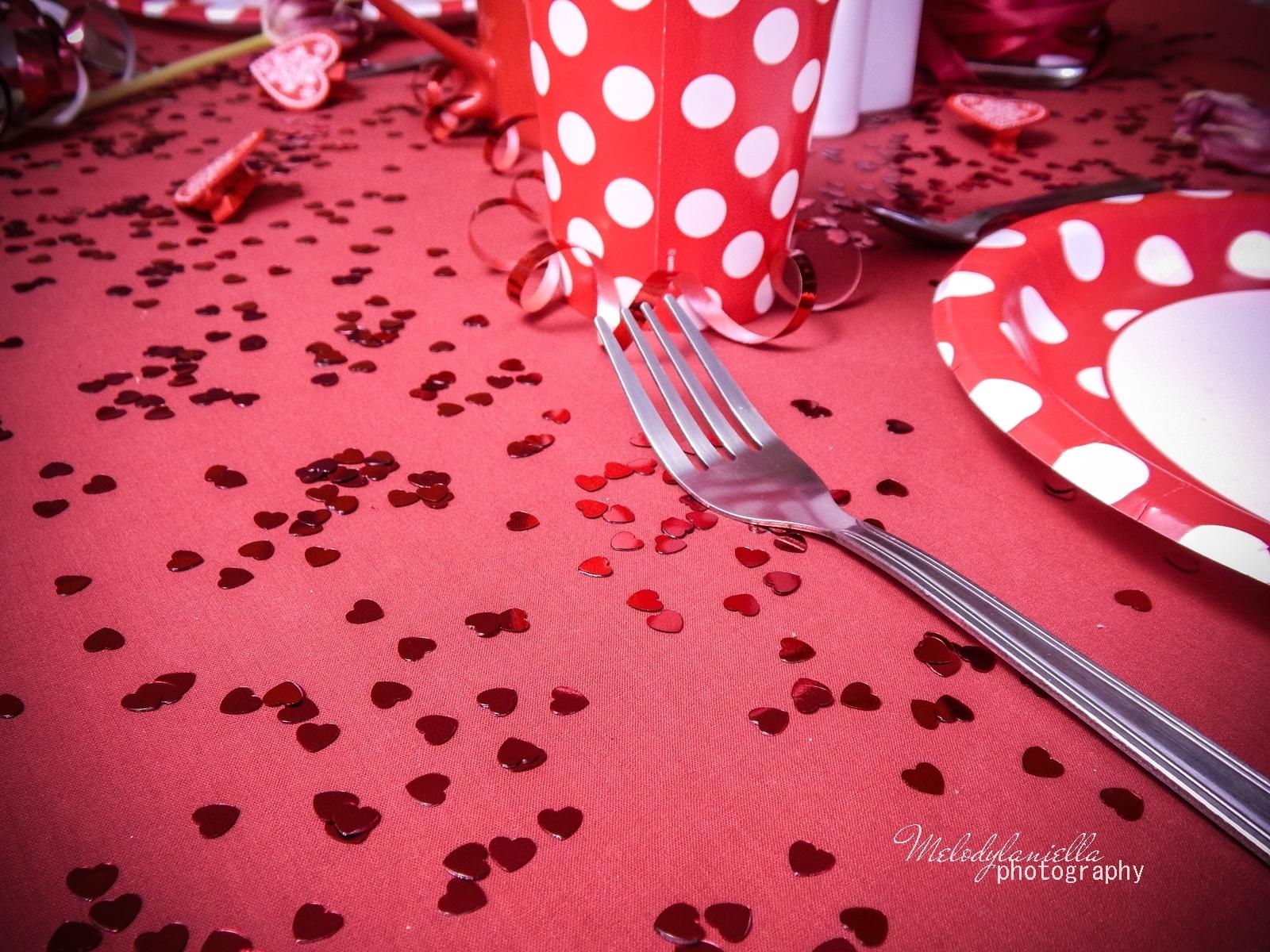 7 jak udekorować stół na walentynki walentynkowa kolacja pomysły na walentynkowe prezenty walentynkowe dekoracje home interior valentines blog melodylaniella partybox red heart confetti