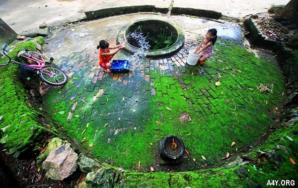 trẻ em vui chơi bên giếng làng