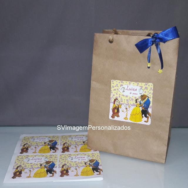 o mais preço mais barato para adesivo para sacola da da A Bela e a Fera, da Disney  com muito sucesso do filme, personalizada nas cores azul, amarelo, e dourado, para a decoração de sua festa ser um sucesso.