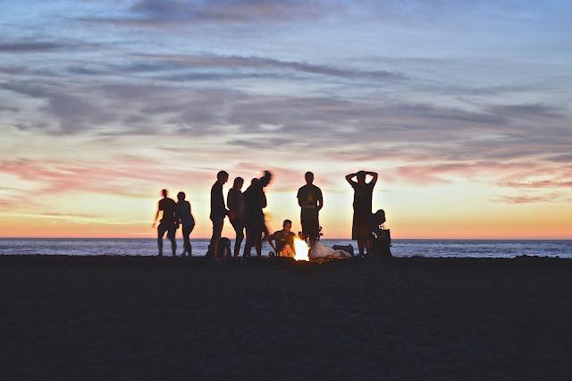 Rencontre des amis à la plage autour du feu