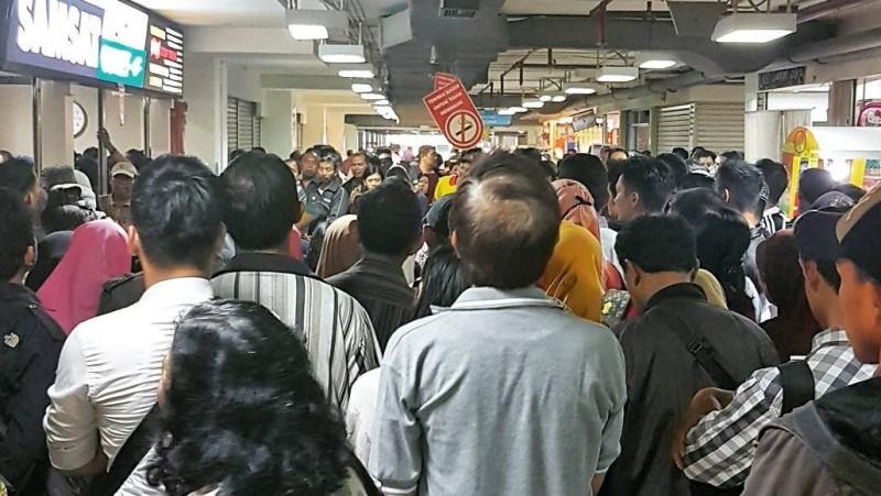 Warga mengurus perpanjangan SIM dan STNK di Samsat