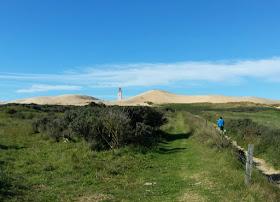 Eine Welt aus Sand: Der Leuchtturm von Rubjerg Knude. Auf dem Weg sieht man schon den Leuchtturm in der Wanderdüne.