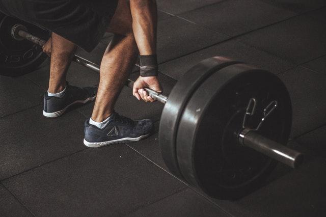 De beweging en uitdrukkingen van het lichaam en het effect ervan op het benadrukken van de spieren van het lichaam
