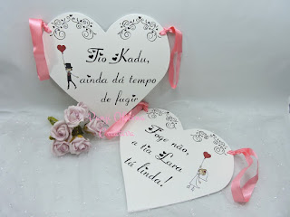 placa lá vem a noiva em formato de coração