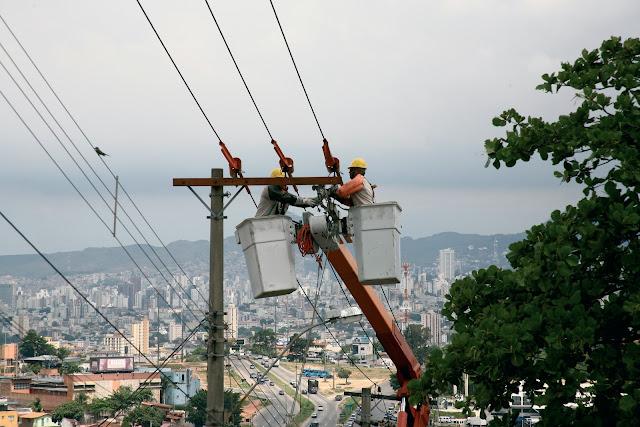 As bandeiras tarifárias das contas de luz foram alteradas de vermelha para amarela nesta terça-feira (1). Isso significa que a cobrança extra de R$ 3,00 que era aplicada ao consumidor desde janeiro de 2015, cai agora para R$ 1,50. No entanto, especialistas garantem que a cobrança destas tarifas - controladas pela Agência Nacional de Energia Elétrica (Aneel) - ainda é abusiva e fruto de um sistema elétrico que privilegia o lucro do capital financeiro em detrimento dos consumidores.