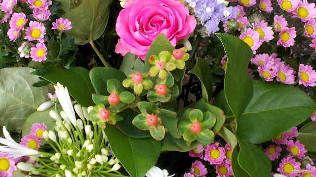 Lente boeket met roze, paarse en witte bloemen.