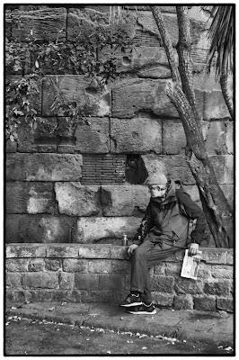 Homme appuyé sur un muret à Barcelone