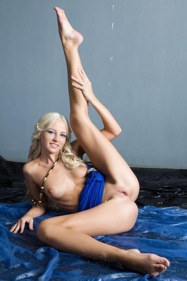 Красивая блондинка снимает голубое платье
