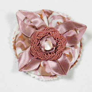 Broche romántico en rosas