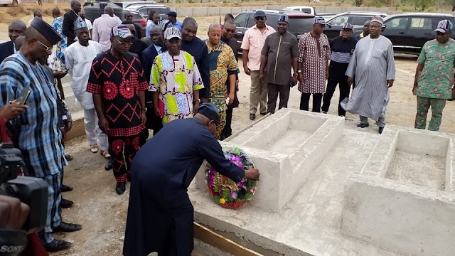 OBASANJO LAYS WREATH AT FULANI HERDSMEN ATTACK VICTIMS' CEMETERY