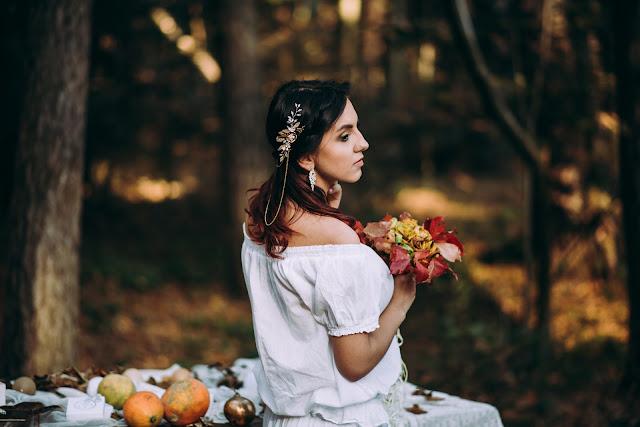 Fryzura ślubna boho z grzebieniem z łańcuszkami, kolekcja Flora