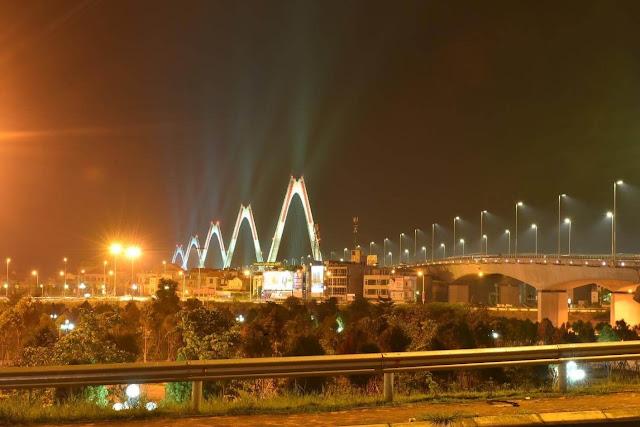 Cảnh quan cầu Nhật Tân tuyệt đẹp về đêm.