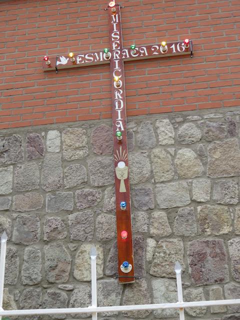 Das Kreuz der Barmherzigkeit, welches in den Pfarreien der Pastoralzone Súd Prozessionskreuz war, ist in Esmoraca geblieben und wurde am rechten Kirchturm mit einer Beleuchtung angebracht.