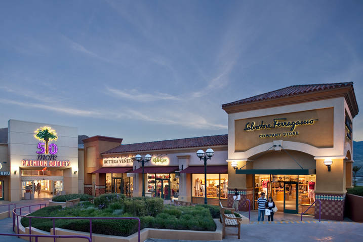 Los Angeles Outlets. Our Los Angeles outlet mall guide lists all the outlet malls in and around Los Angeles, helping you find the most convenient outlet shopping based on your location and travel plans.