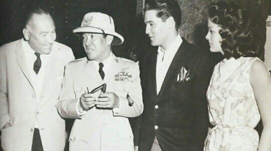 Presiden Sukarno di sore hari dengan Elvis Presley